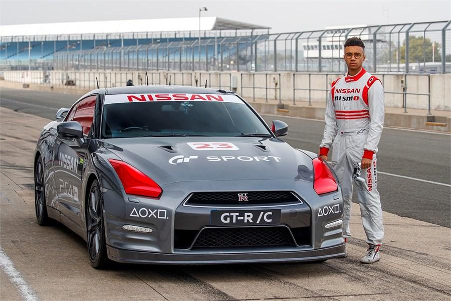 Pasaulē pirmais ar PlayStation® vadītais Nissan GT-R sasniedz 210+ km/h ātrumu, braucot Silverstonas trasē